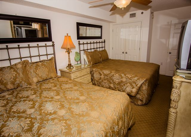 Guest bedroom that could sleep a whole family with two queen beds.  Your beds will be freshly made upon arrival.