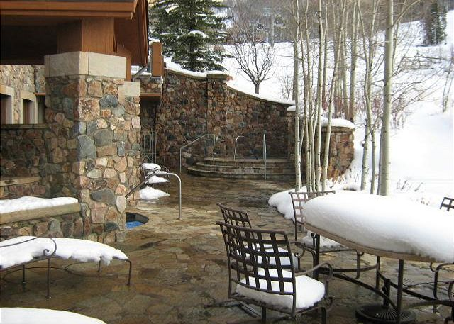 Guests enjoy 2 outdoor on site hot tubs, as well as access to the pools and hot tubs a short walk at the Highlands Lodge