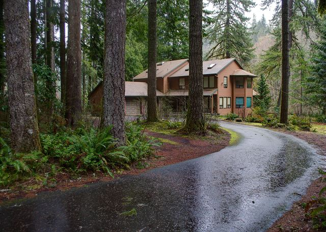 Large driveway and yard on the bank of the beautiful Salmon River