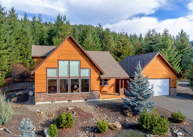 Ridge Crest Chalet in Roslyn Ridge!  Just a short 2 mile drive to Roslyn or the Lake.