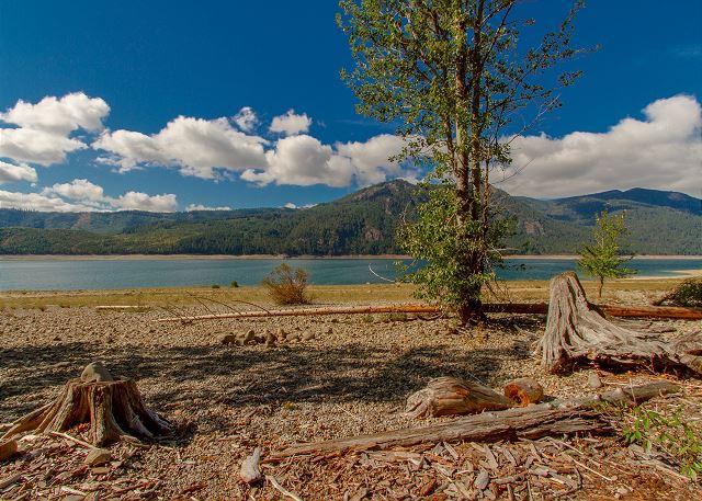 Big and little bear on lake cle elum lake cle elum for Cle elum lake cabins