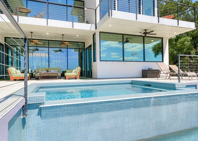 Fabulous zero edge pool for you and your friends to soak up the Texas sun rays