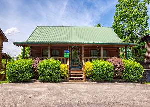 SHADES OF THE PAST #230 Pigeon Forge Log Cabin near Downtown, Summer Pool access, & Private Hot tub
