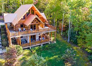 A Cut Above #371 100 year old Giant Log Pigeon Forge luxury cabin: Fire pit & Mountain Views!