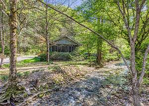 Creek Dreamin' #209 2 Bedroom Stream Cabin with a Bonus Bunk Bed Room located in Wears Valley!