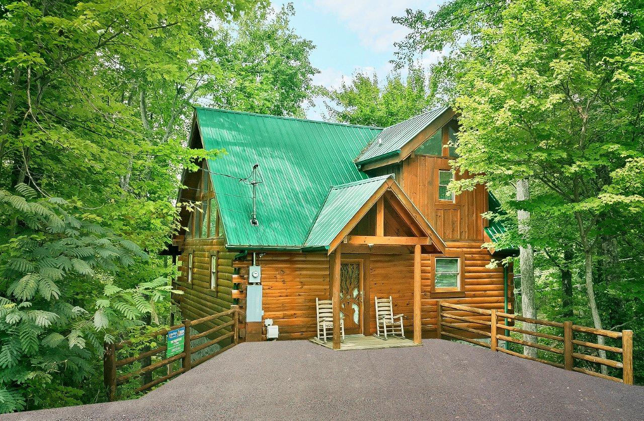 Secluded 1 bedroom Log Cabin Sky Harbor Resort Pigeon Forge Gatlinburg TN   THE TREEHOUSE  1708. SEVIERVILLE Cabin Rental   THE TREEHOUSE  1708   1 Bedroom