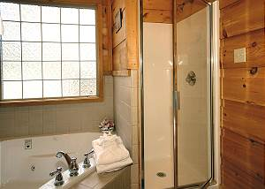 DOLLY'S HIDEAWAY 110 1 Bedroom Pet Friendly Cabin, 1 Mile from Dollywood, Pigeon Forge TN