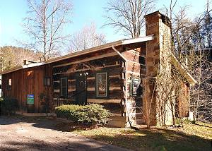 Bear Cabin #462 Gorgeous 2 Bedroom 2 Bath Cabin Located on the Pigeon River. Fishing Access