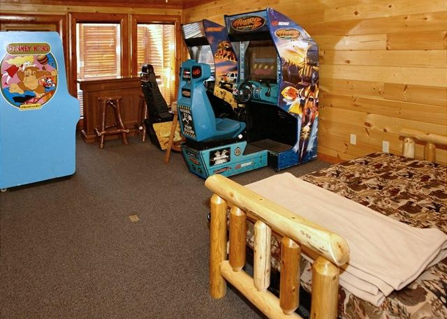 Big bear cinema 5 bed 7 bath cabin acorn cabin rentals for Big game room