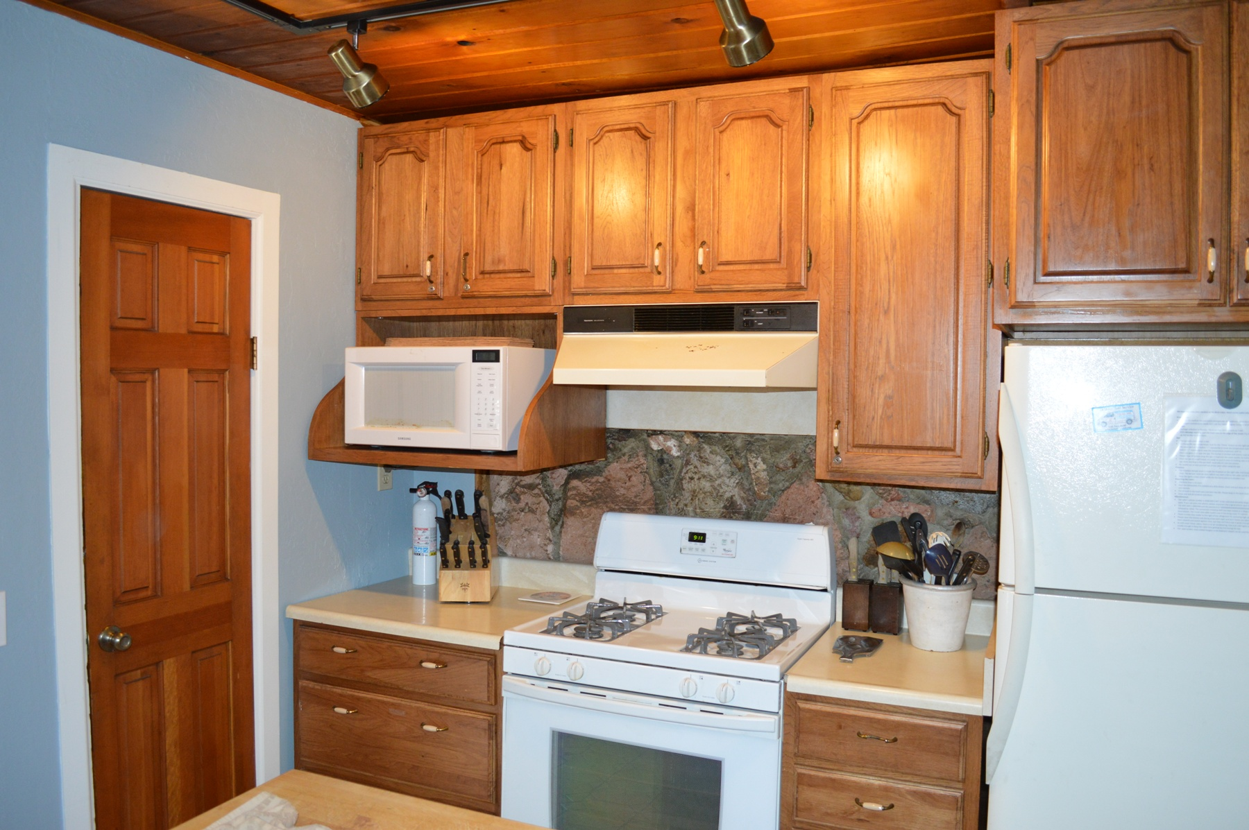 full equipped kitchen with gas stove, full size fridge, microwav