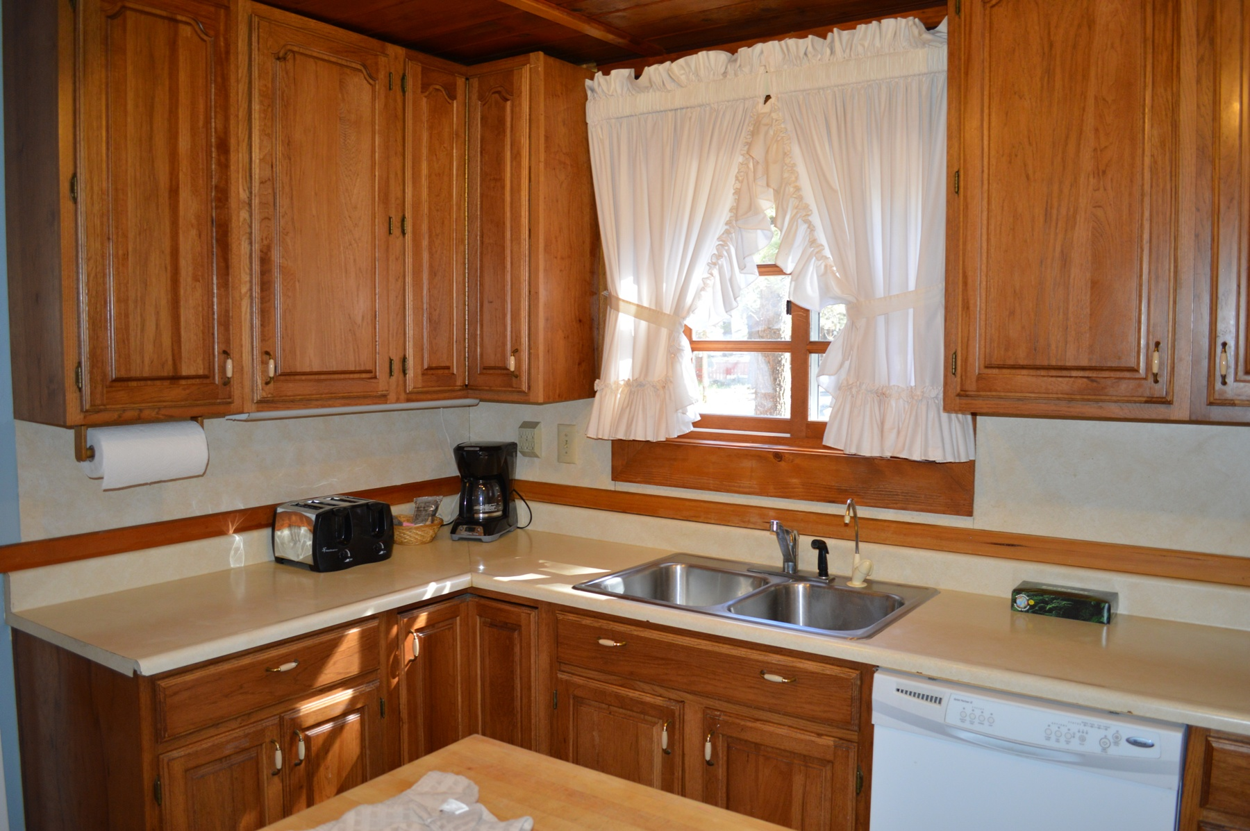 Double sink with all amenities for a great breakfast with a toas