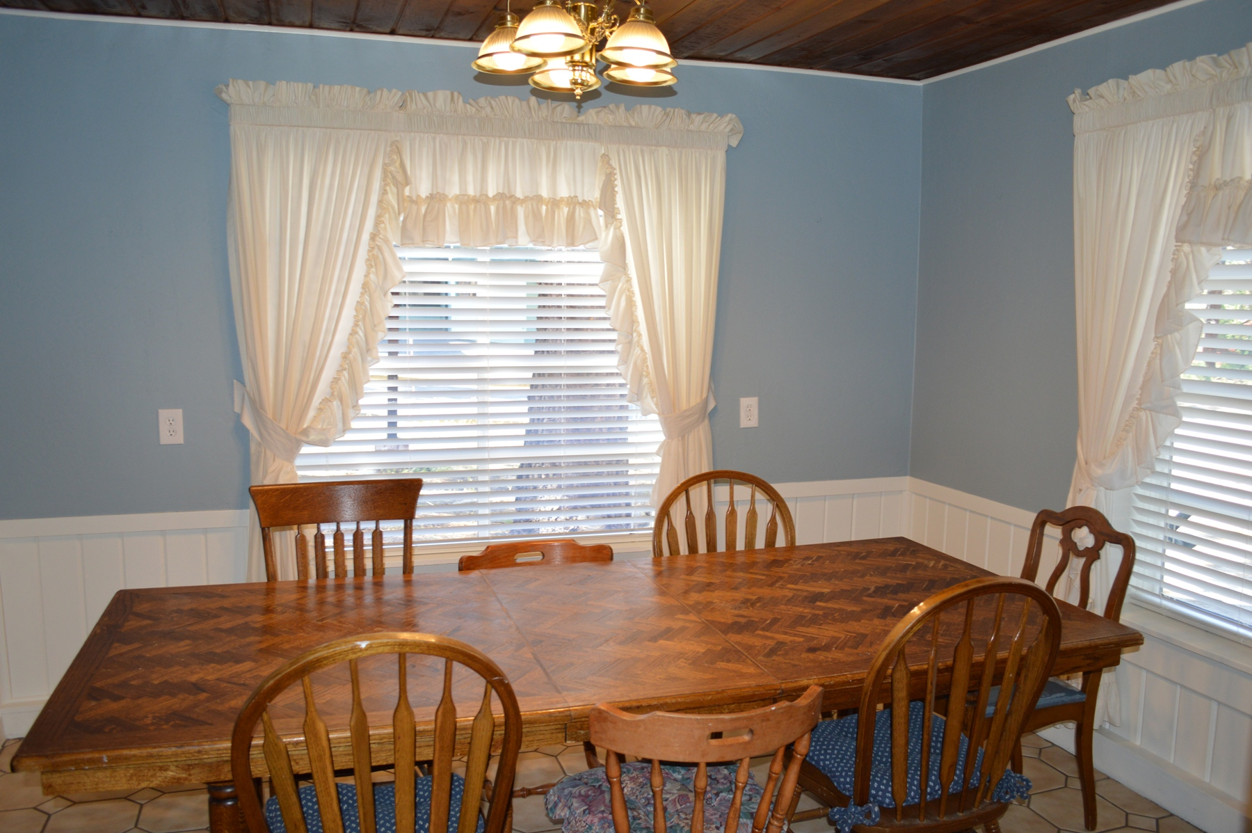 8 seat dinning area at the Birch Cabin in Central location on so