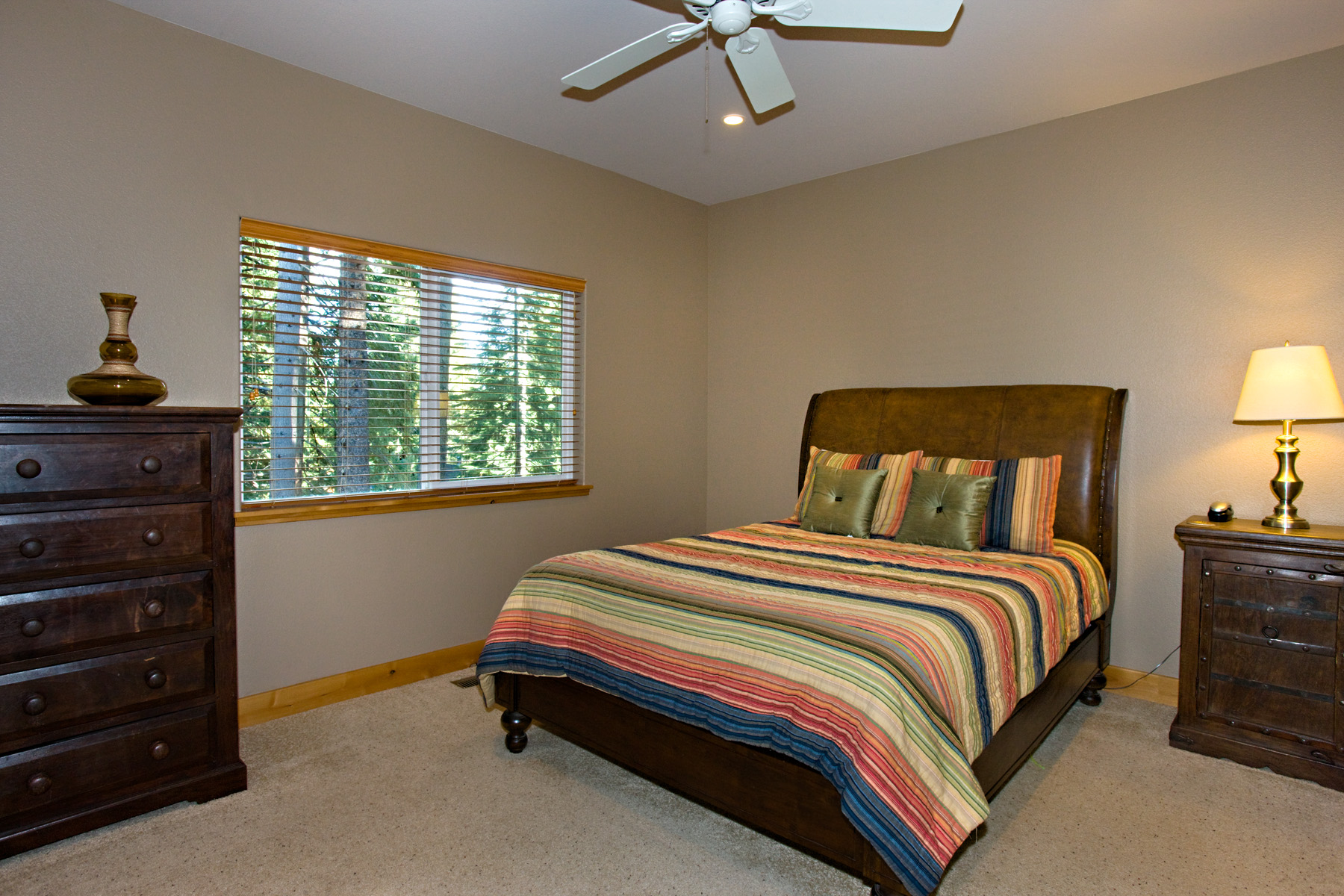 Second spacious bedroom with queen bedroom.