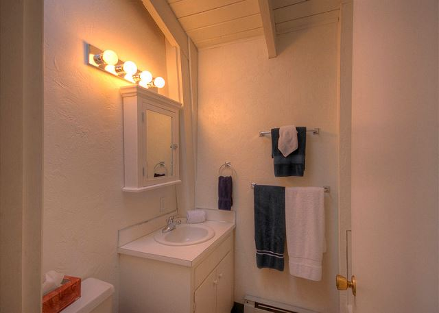 Bathroom w/sink & toilet
