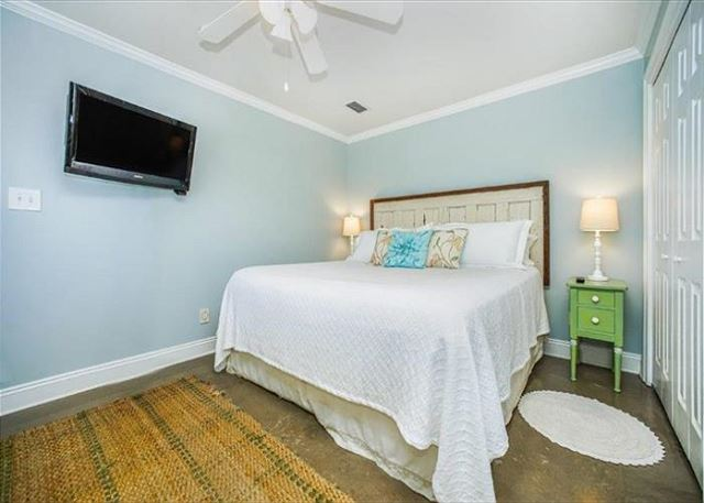 Ground floor master suite (king).