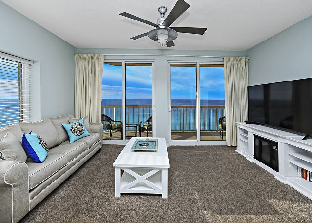 CALYPSO 301 SPACIOUS LIVING ROOM WITH BEAUTIFUL VIEW OF PANAMA C