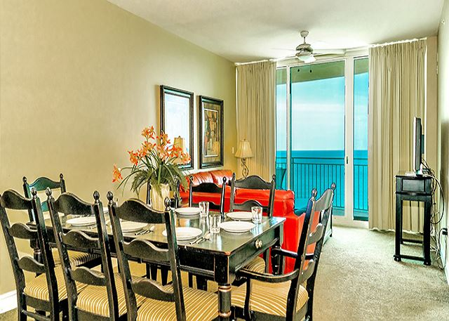DINING ROOM FOR 6 WITH A GREAT VIEW!