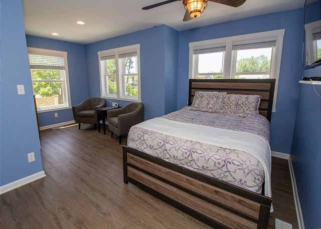 Second level queen bed with sitting area