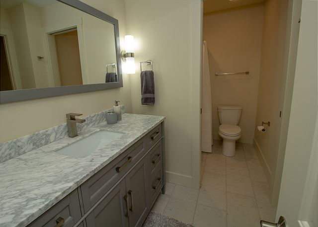 Jr Master queen bathroom