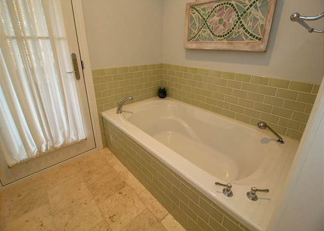 Main level separate bathtub