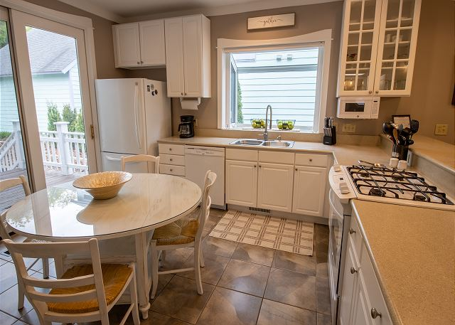 Main Level Full Kitchen with Breakfast table