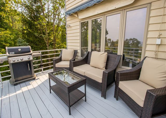Main level deck with gas grill