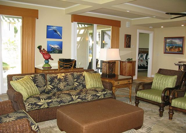 Tropical decor and comfortable furnishings.