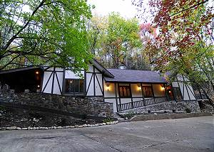 Classic Elegance 3 bedroom, 2 bath with outdoor stone fireplace and hot tub
