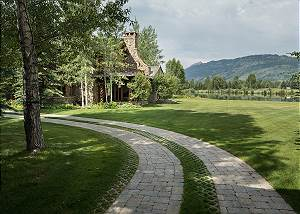 Side Driveway - Grizzly Wulff Lodge - Luxury Villa Jackson Hole