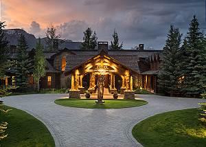 Front Driveway - Royal Wulff Lodge - Luxury Villa Jackson Hole