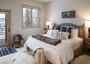 Master Bed - Moose Creek - Slopeside Luxury Cabin Teton Village
