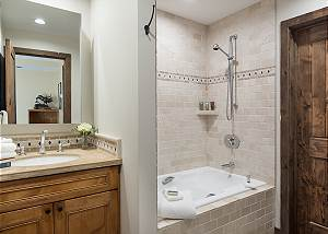 Guest Bath - Villa at May Park - Luxury Villa Rental Jackson Hol