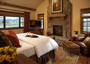 Master Bed - Shooting Star Cabin - Luxury Villa - Teton Village