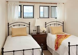 Guest Bedroom 2 - Snow Ridge - Luxury Private Villa Rental - Tet