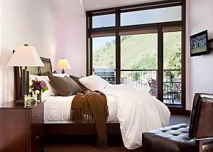 Master Bed - Pearl at Jackson - Luxury Residence Jackson Hole