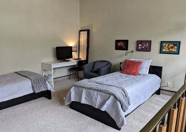 2 Twin Beds in Loft with TV