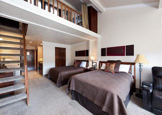 2 Queen beds on main level