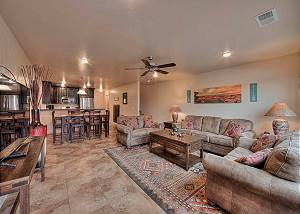 Perfectly located - Close to Arena - Pool & Hot Tub - Dog Friendly - 10A7-3