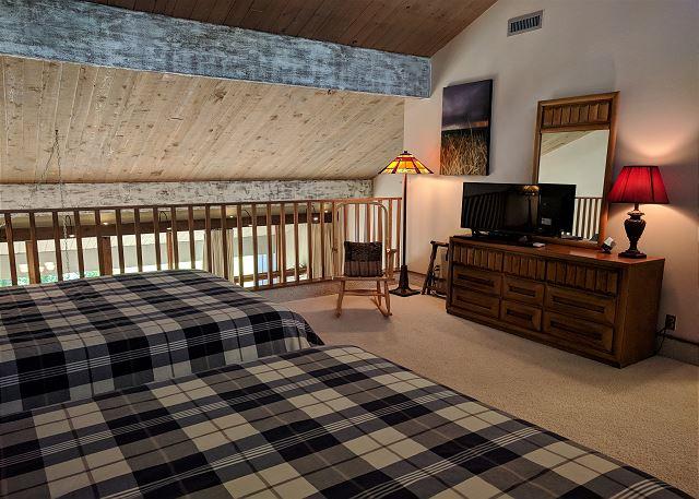 Loft with 2 Queen Beds & TV