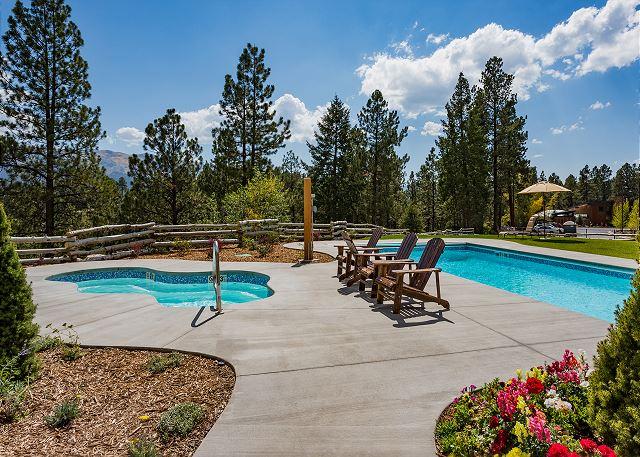 Outdoor pool & hot tub
