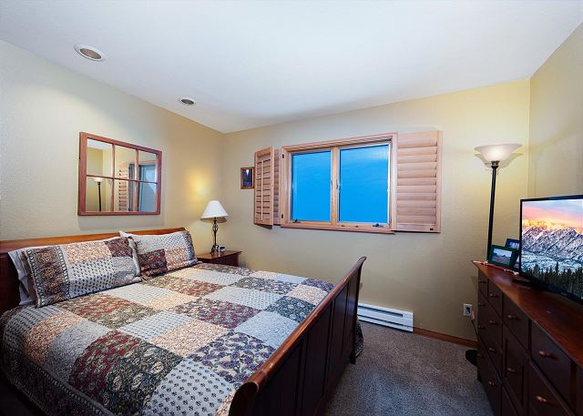 Queen Bedroom with TV - Same floor as Main Living Space, Dining etc.