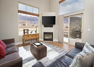 Updated Townhome - Views! - Dog friendly - Easy Parking - Near Pool/Hot Tub