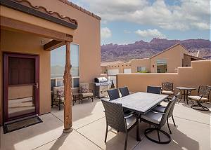 Spacious Townhome - Private Hot Tub - Pool - Dog Friendly - Easy Parking