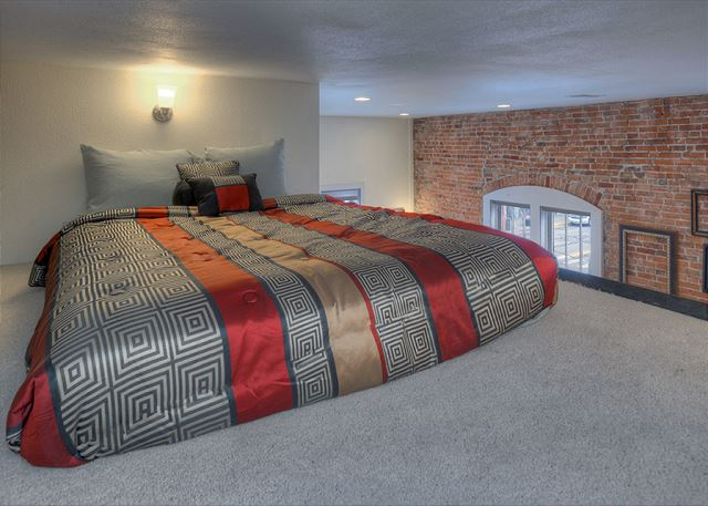 This is an additional sleeping space (queen) in the loft which has a very low ceiling - suitable for children