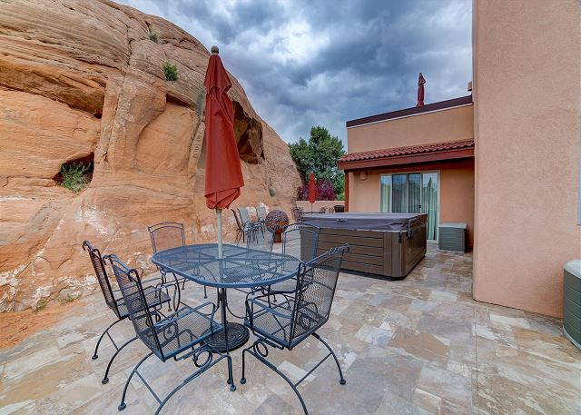 Private Hot Tub - Roof Top Deck -  Iconic Red Rock Views - 3 King Beds