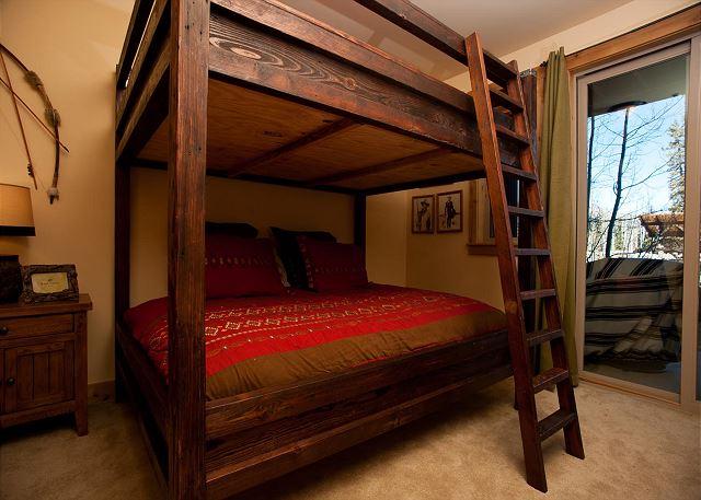 Bedroom with bunk beds (queen over queen)