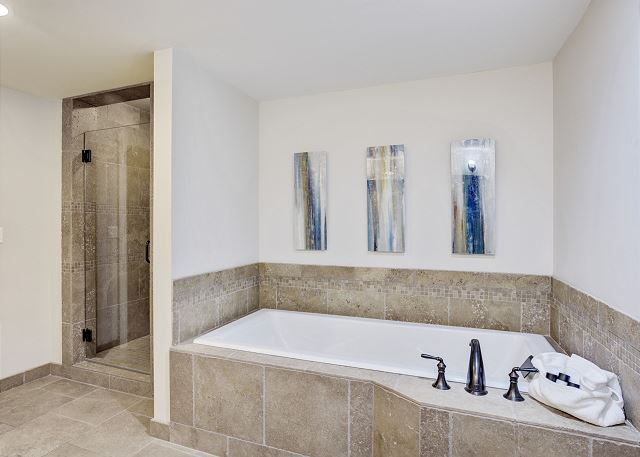 Townhome 508 - Guest Bath with Shower and Tub