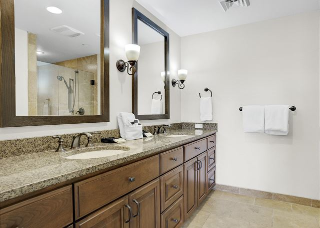Townhome 508 - Guest Bath with Vanity for Queen Bed Room