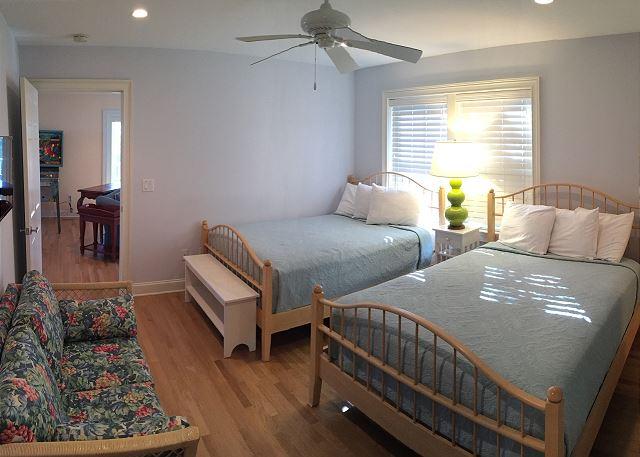1st fl Guest Bedroom, 2 Queens en Suite