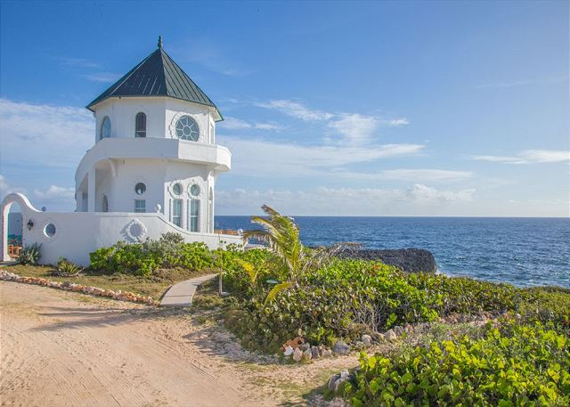 New Oceanfront Cottage with Spectacular View, Private Beach